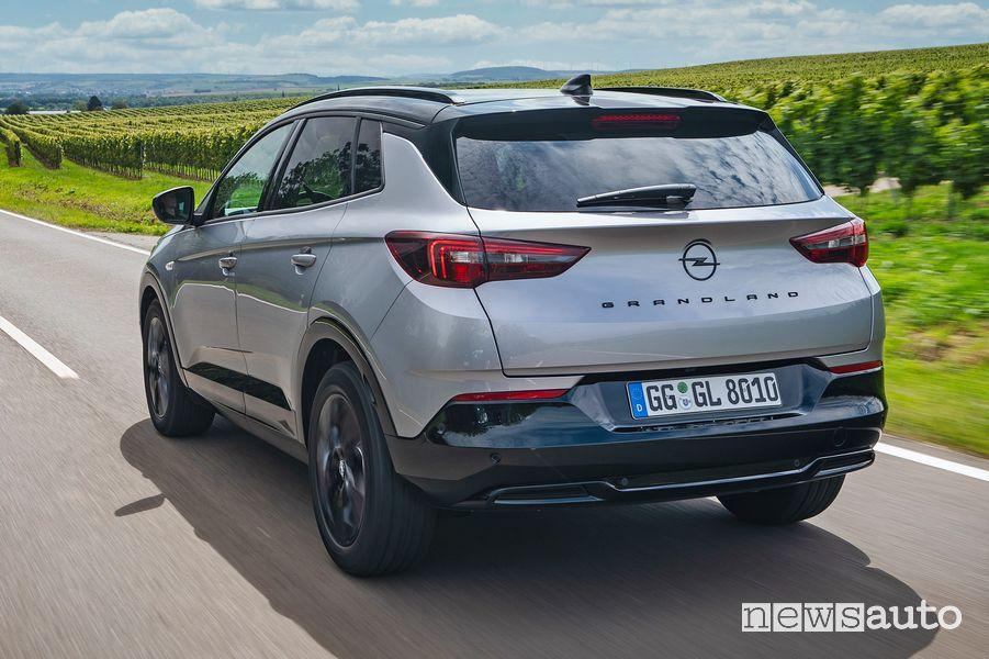Vista posteriore nuovo Opel Grandland su strada