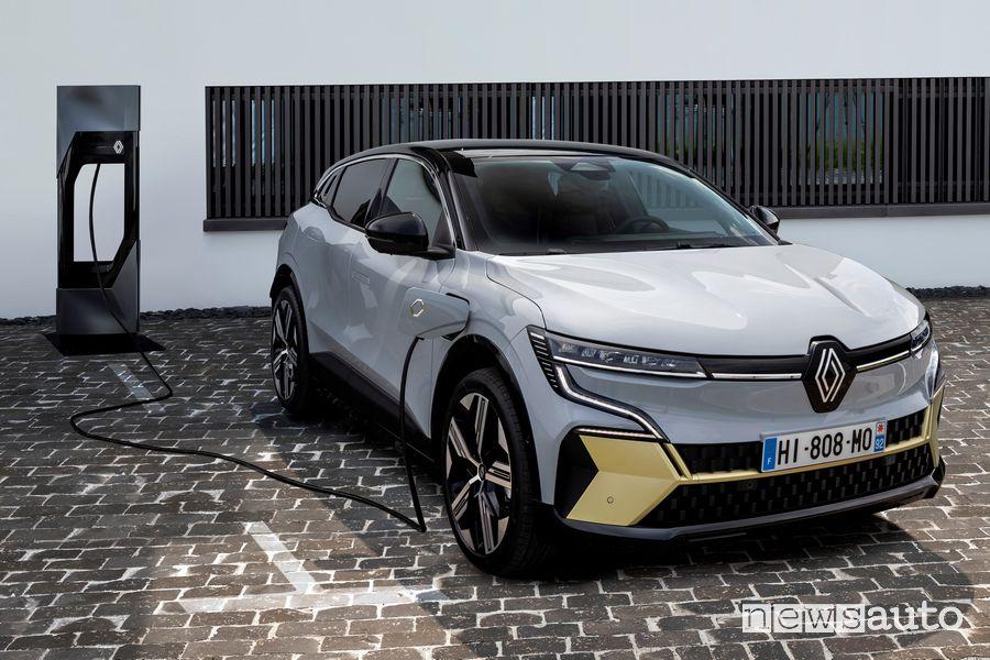 Vista di profilo nuova Renault Mégane E-TECH Electric in ricarica