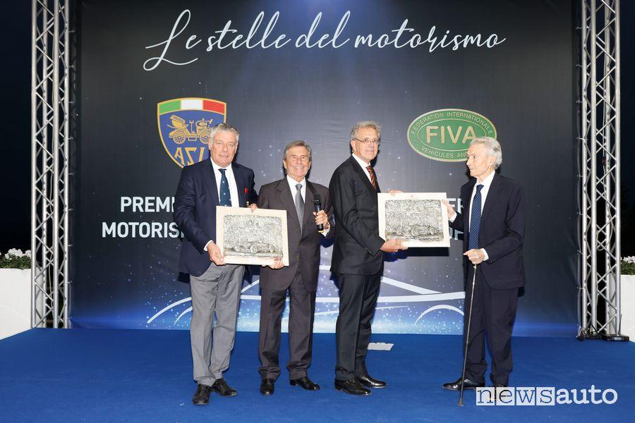Il presidente dell'ASI Alberto Scuro premia Marcello Gandini