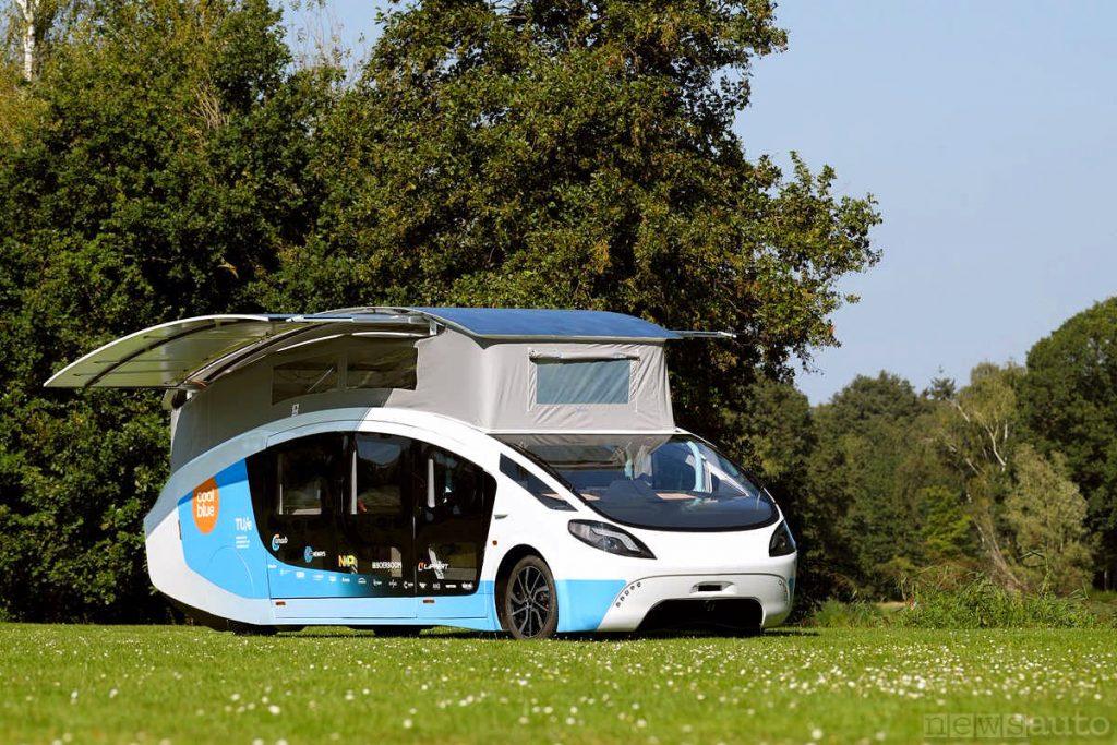 Un vero camper elettrico con pannelli solari estensibili