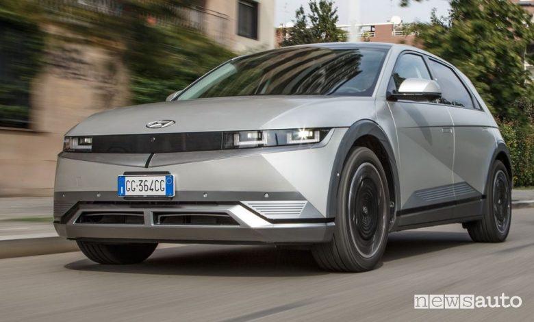 Vista di profilo Hyundai Ioniq 5 su strada