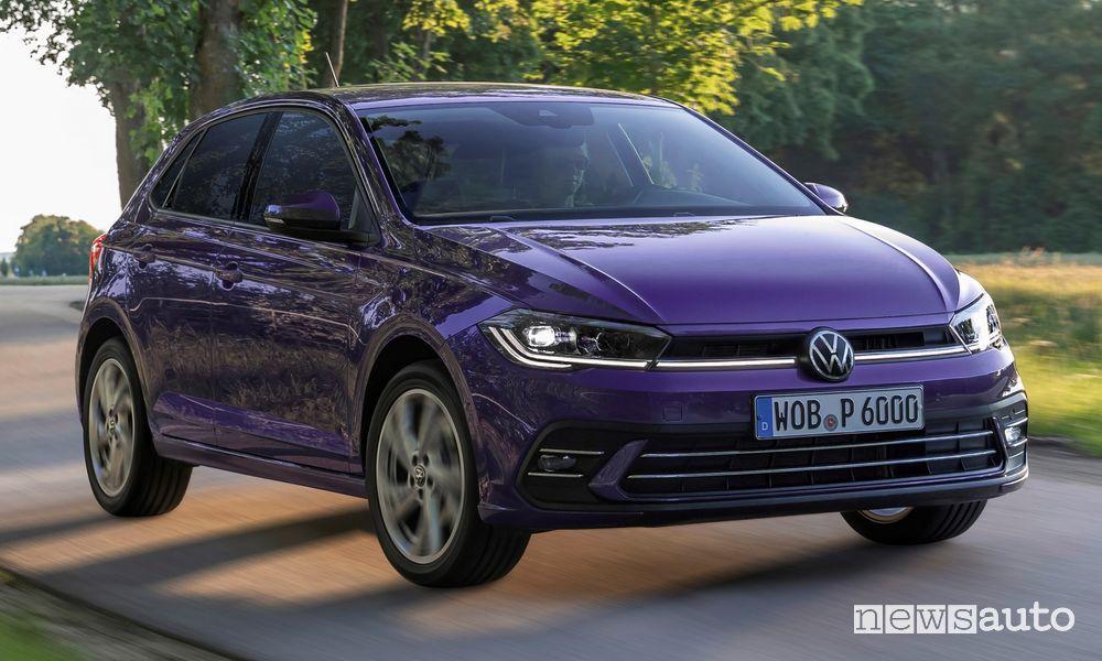 Vista di profilo nuova Volkswagen Polo Style su strada