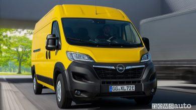 Vista di profilo Opel Movano-e elettrico su strada