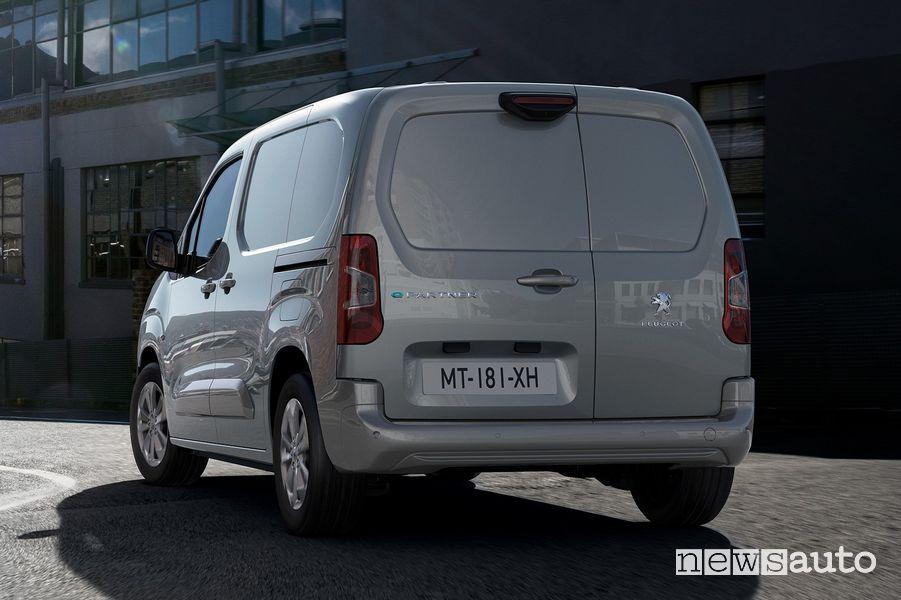Vista posteriore Peugeot e-Partner furgone elettrico su strada